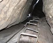 Hat man den engen Einstiegsbereich geschafft, geht es an Leitern gutmütig aber düster lange steil hinauf.
