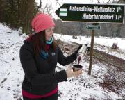 … sondern treffen nach etwa 10 km auf diese nette junge Dame, äh, nein, auf dieses Schild, das uns scharf rechts den Rückweg nach Hinterhermsdorf vermittelt.