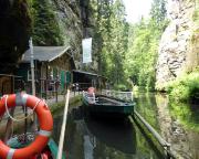 Während im Winter die angestaute Kirnitzsch abgelassen und die Bootsfahrt eingestellt ist, sieht es hier im Sommer so aus – mit Gastronomie.
