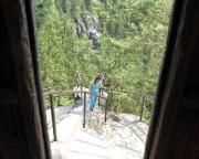 … und hier ein Blick aus der Schutzhütte auf dem Herrmannseck zurück auf den Ausstieg, der, hier nicht sichtbar, durch einen sehr engen Spalt führt.
