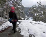 Nach einem straffen Anstieg sind wir auf den Felsen der Darnsteinwand, folgen dem Rabensteinweg und genießen immer wieder den Blick hinab zur Kirnitzsch