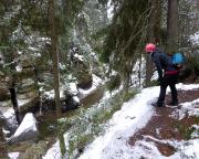 Nun folgt man dem sogenannten Flößersteig entlang der Kirnitzsch ca. 1500 m bis zu Staumauer