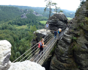 Rathen - Wehlen - Waldidyll, unterwegs in den -kostenpflichtigen - Steiganlagen der Felsenburg Niederrathen in der Nähe der Bastei.