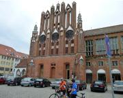 Vor dem Rathaus von Frankfurt/Oder