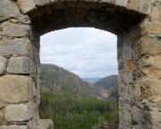 Fensterblick aus der Klosterruine auf Ameisenberg und einen Auslauf des Töpfers