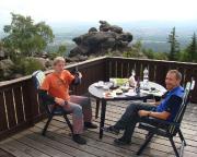 So lässt man es sich gefallen - Frühstück auf der Terrasse der Toepferbaude mit Blick auf Zittau, Polen und Tschechien