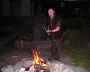Peter, unser Senior, übernimmt die Betreuung des abendlichen Lagerfeuers