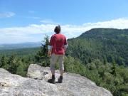Auf dem Rolandfelsen am Ameisenberg. Hier genießt man die Aussicht auf das nördliche Tiefland, aber auch auf den Toepfer und die Gratzer Steine.