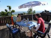 Einer der absoluten Höhepunkte auf der Toepferbaude: Frühstück auf der Terasse in der warmen Morgensonne mit einem herrlichen Ausblick auf Zittau und das Isergebirge.