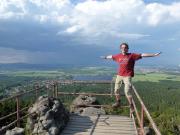 Fechi etwas übermütig auf dem Geländer des Felsentore an der Toepferbaude - im Hintergrund kann man die herannahenden Unwetter erahnen.