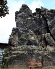 Der Nonnenfelsen als Wahrzeichen hoch über dem Gondelteich von Jonsdorf