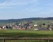 Blick auf Hinterhermsdorf von der Terrasse der Buchenparkhalle, idealer Ausgangspunkt für fast alle Bergtouren