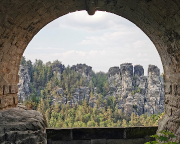 Blick auf die Felsengruppe der Kleinen Gans durch einen Bogen der Basteibrücke