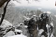 28 - Blick von der Basteiaussicht auf die Felsen der Basteibrücke, Januar 2019